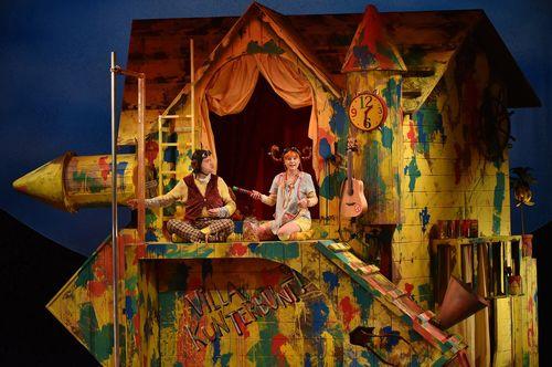 Staatstheater Cottbus PIPPI LANGSTRUMPF von Astrid Lindgren Szenenfoto mit Matthias Manz (Herr Nilsson) und Lucie Thiede (Pippi Langstrumpf) © Marlies Kross